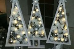 новогодняя елка из дерева с шариками