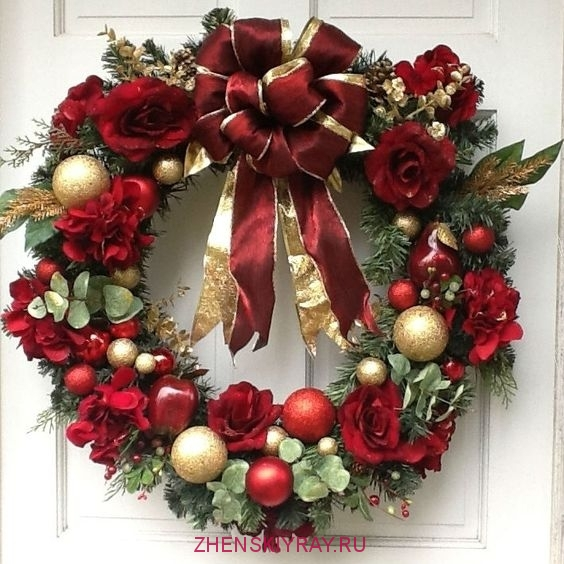 красивый новогодний венок с шариками цветами и ветками