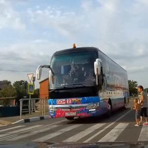 автобус дом 2 чуть не сбил пешеходов в Новороссийске