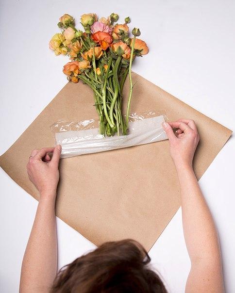 как собрать букет из цветов в бумаге