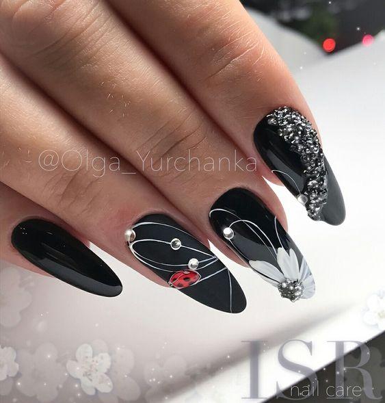 маникюр черного цвета цветы