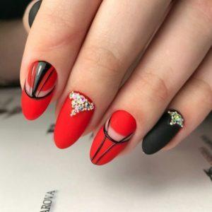 модный маникюр в красном цвете