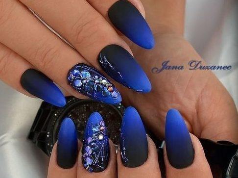 градиент на ногтях синий
