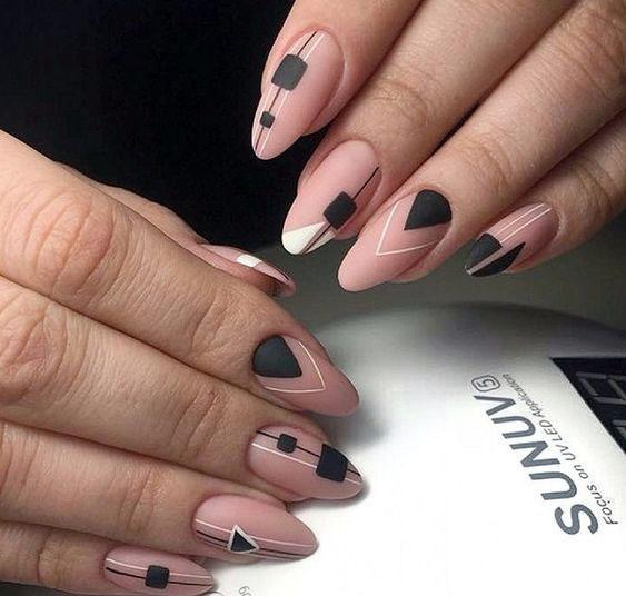 геометрия на ногтях маникюр нюдовый и черный декор