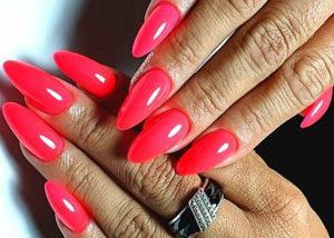 коралловый цвет на ногтях