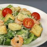 салат цезарь с сухариками креветками