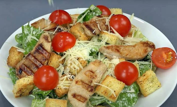 салат цезарь с сухариками соусом курицей