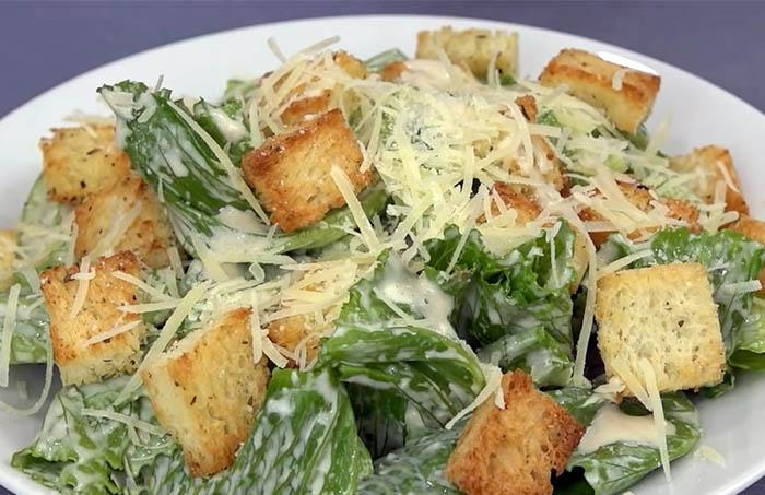 Рецепт приготовления салата Цезарь с сухариками и соусом