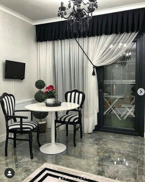 полосатые стулья на кухне красивые шторы фото