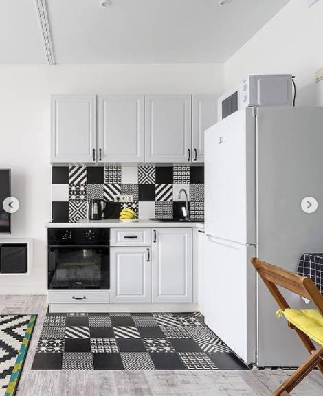 кухня в светлых тонах идеальное решение интерьера квадратная комната