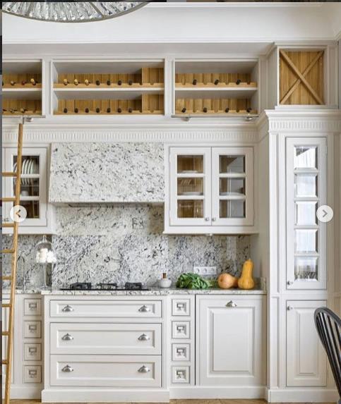 кухня в светлых тонах шкафчики прованс много шкафчиков