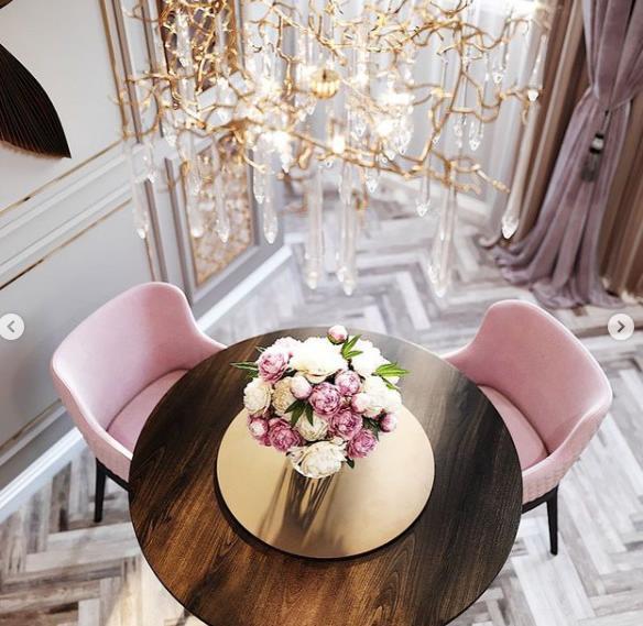 кухня стильная круглый стол мягкие стулья и пудровый текстиль на окнах