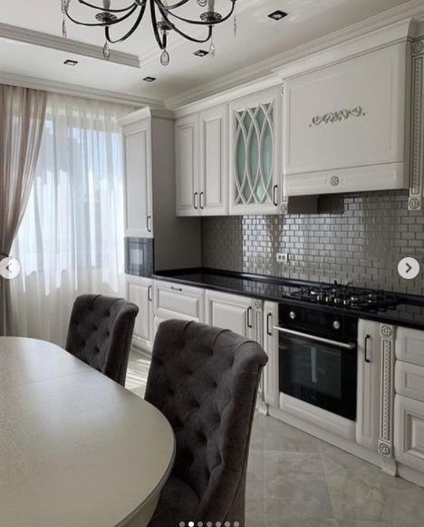 фасад кухонного гарнитура с светлых тонах стулья каретная стяжка