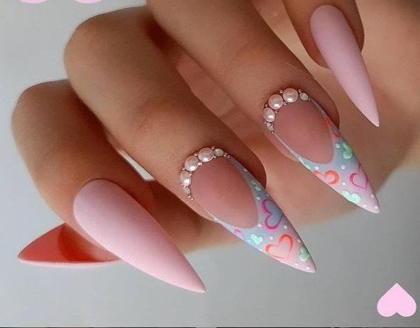 дизайн ногтей с сердечками фото ногтей стилет