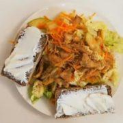 диетический салат с индейки, моркови, пекинки и орехов