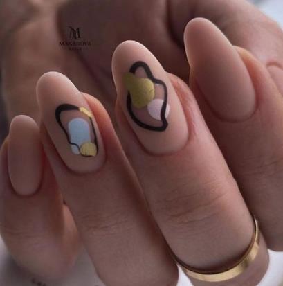 модный тренд в нейл-индустрии печать надписи узоры фольгой и золотом
