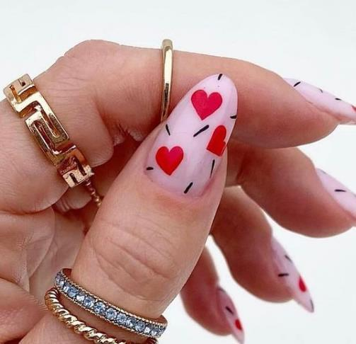 модный маникюр с сердечками миналевидная форма ногтей