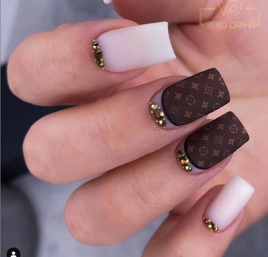 луивиттон логомания на ногтях 2022