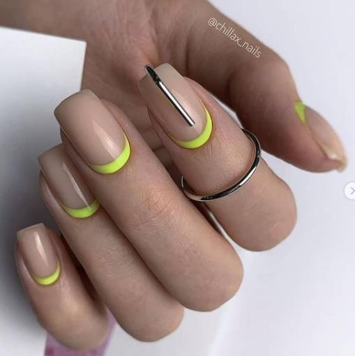 бежевые оттенки на ногтях с салатовыми лунками
