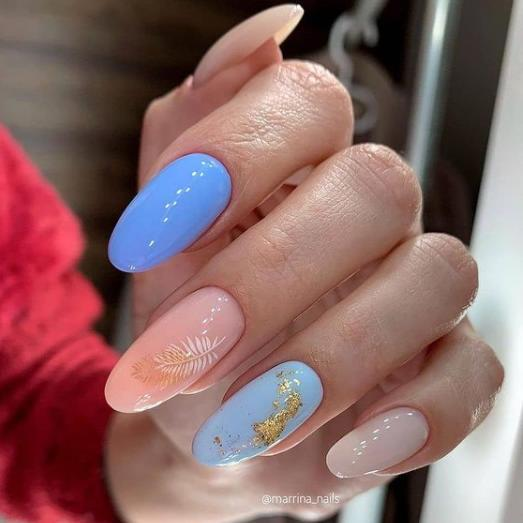голубой маникюр 2021-2022 с пудровым цветом