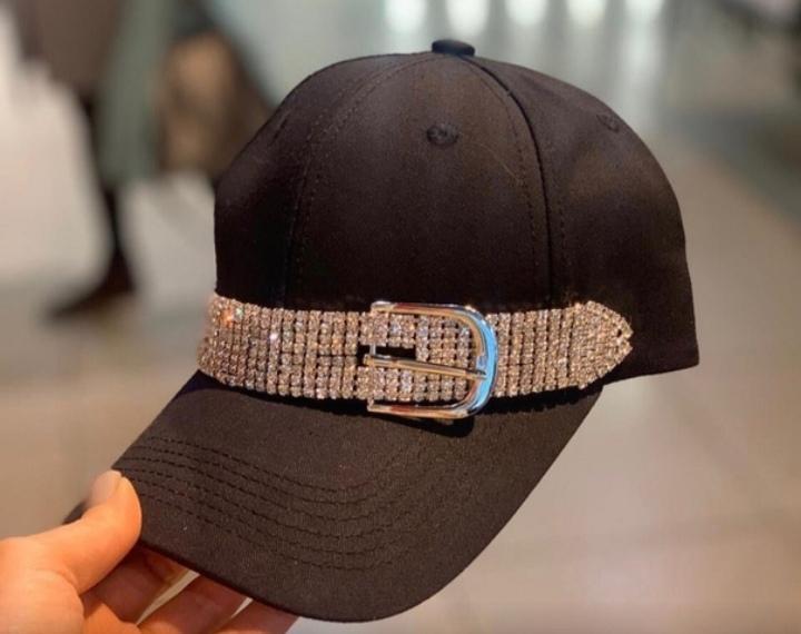 стразы на кепке