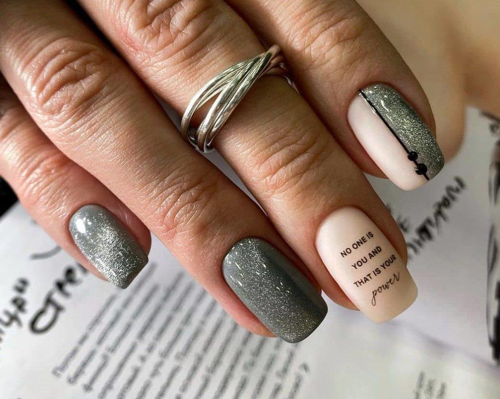 матовый маникюр оливковый цвет надписи блестящие текстуры идеи для ногтей