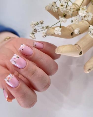 прозрачный дизайн ногтей с цветами