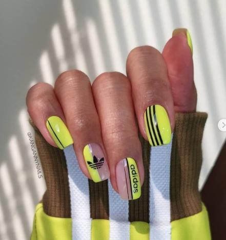 логомания спортивная тематика на ногтях адидас маникюр фото