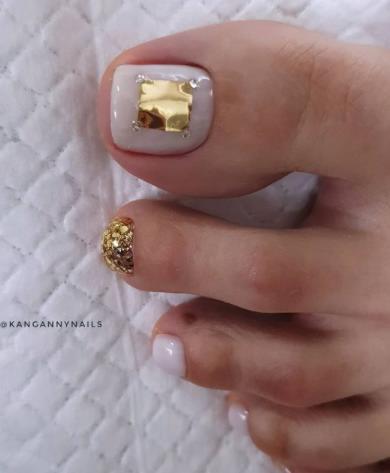 педикюр с золотом, идеи декорирования фольгой ногтей