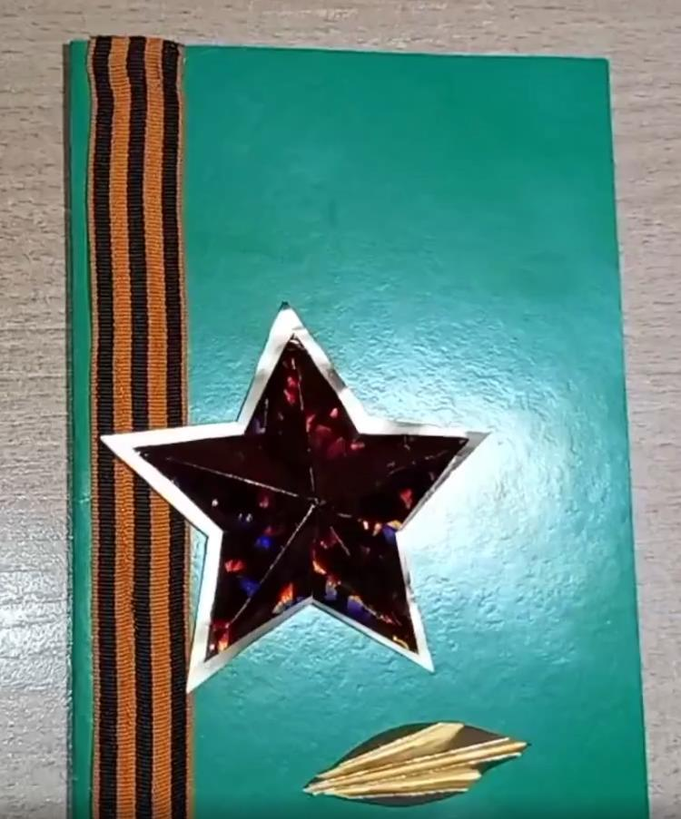 Приклеиваем заготовки на открытку: звезду, лепестки и листочки