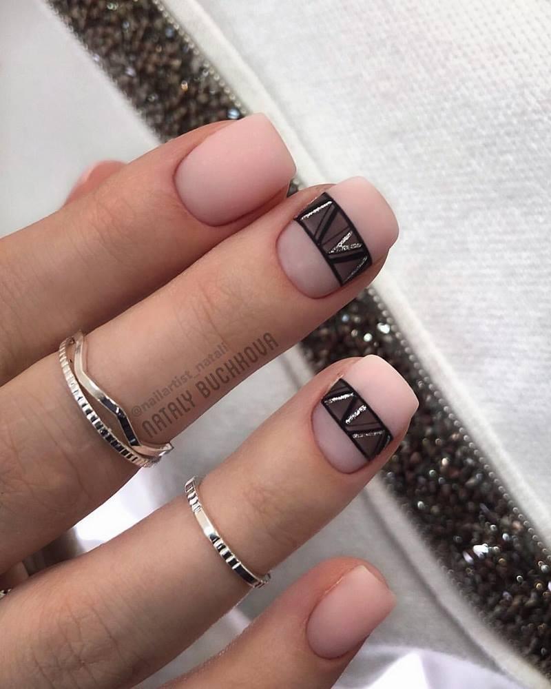 короткие ногти модный дизайн пластинки на ногтях